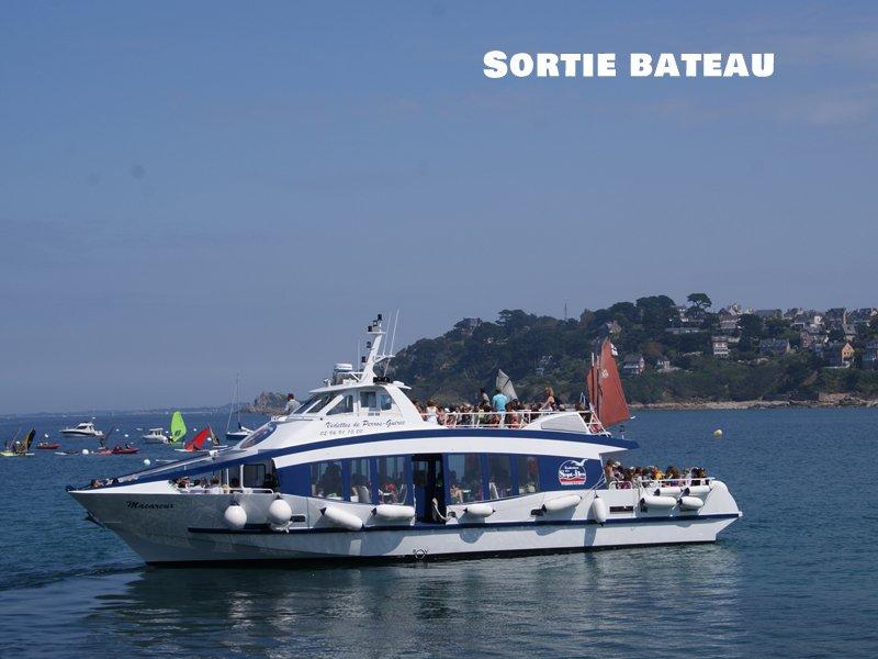 Enfants sur un bateau en colonie de vacances d'été