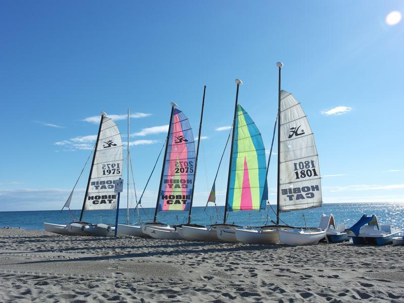 Bateaux à voile sur la plage en colonie de vacances d'été