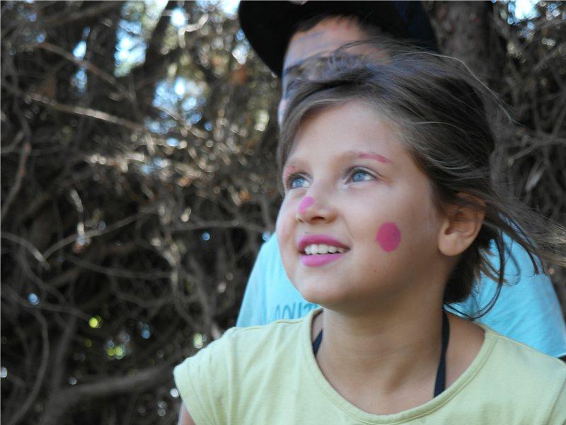 Portrait d'un enfant avec un maquillage artistique en colonie de vacances d'été