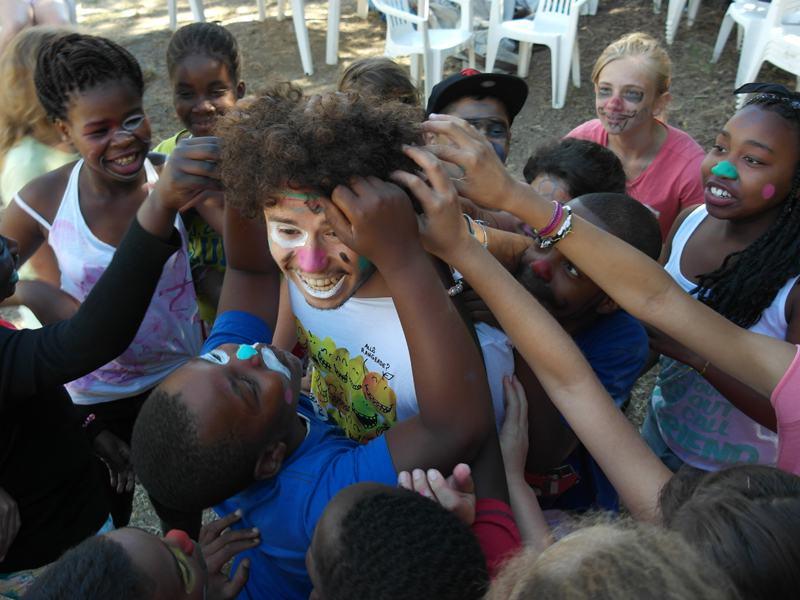 Enfants déguisés en clown en colonie de vacances d'été