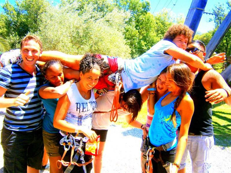 Groupe d'enfants et ados en colonie de vacances
