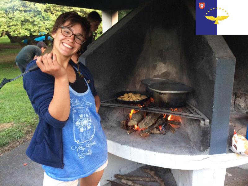 Adolescents faisant un barbecue en colonie de vacances cet été