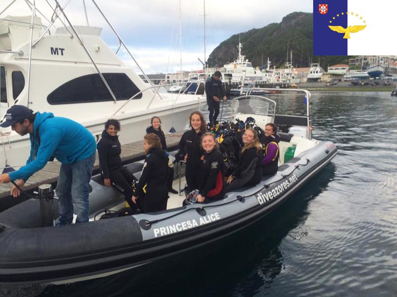 enfants en balade à bateau cet été en colonie de vacances aux açores