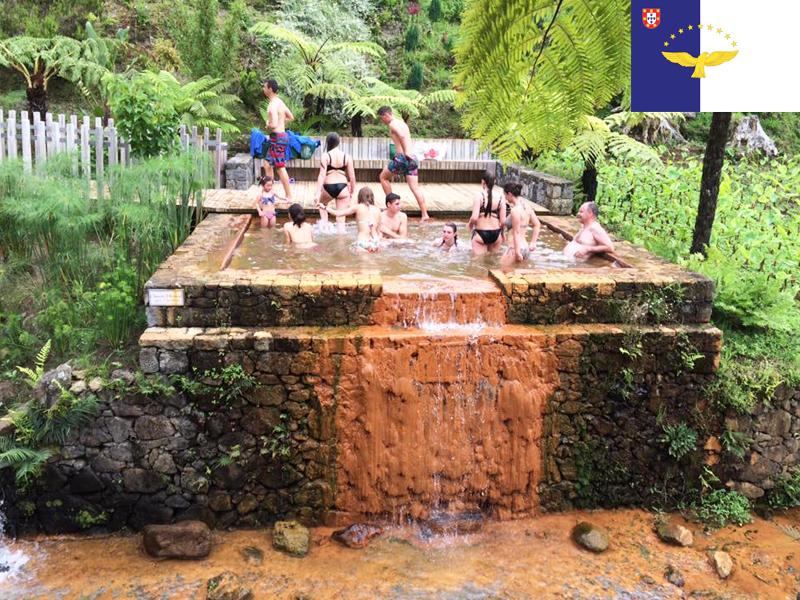 adolescents se baignant dans les sources d'eau chaude en colonie de vacances aux açores