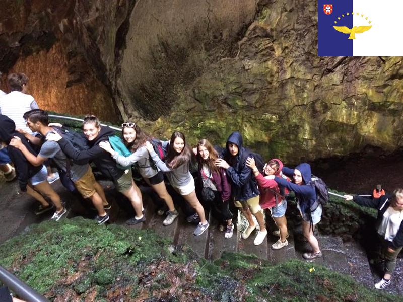 adolescents visitant les açores en colonie de vacances cet été