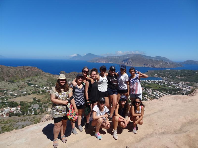 groupe d'ados durant un voyage itinérant à l'étranger