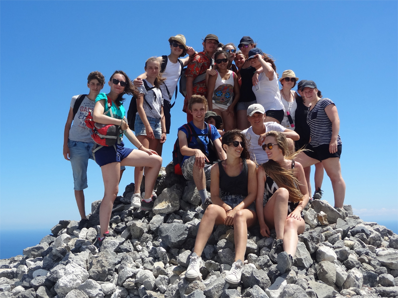 Groupe d'adolescents en colonie de vacances en Sardaigne cet été