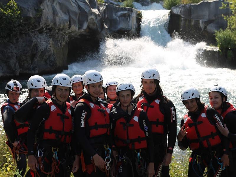 Adolescents pratiquant le canyoning en colonie de vacances en Sicile cet été