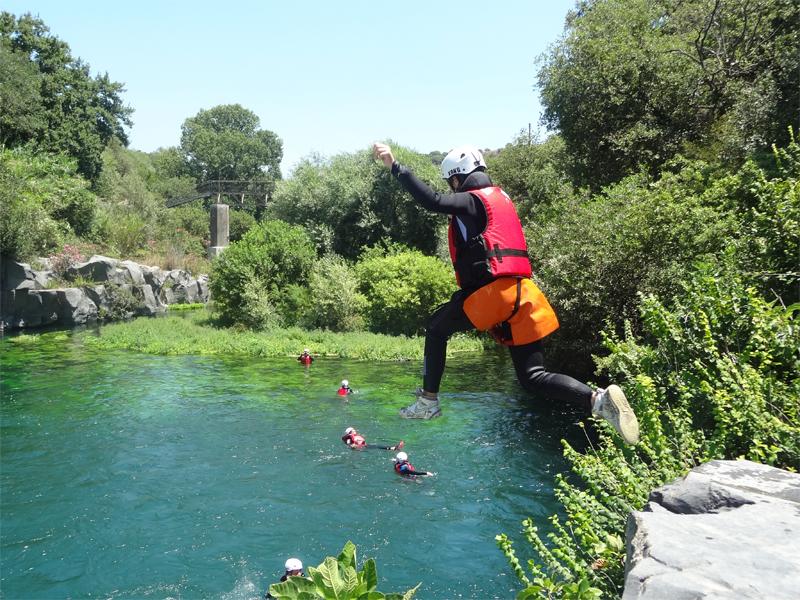 Ado se baignant en colonie de vacances en Sicile cet été