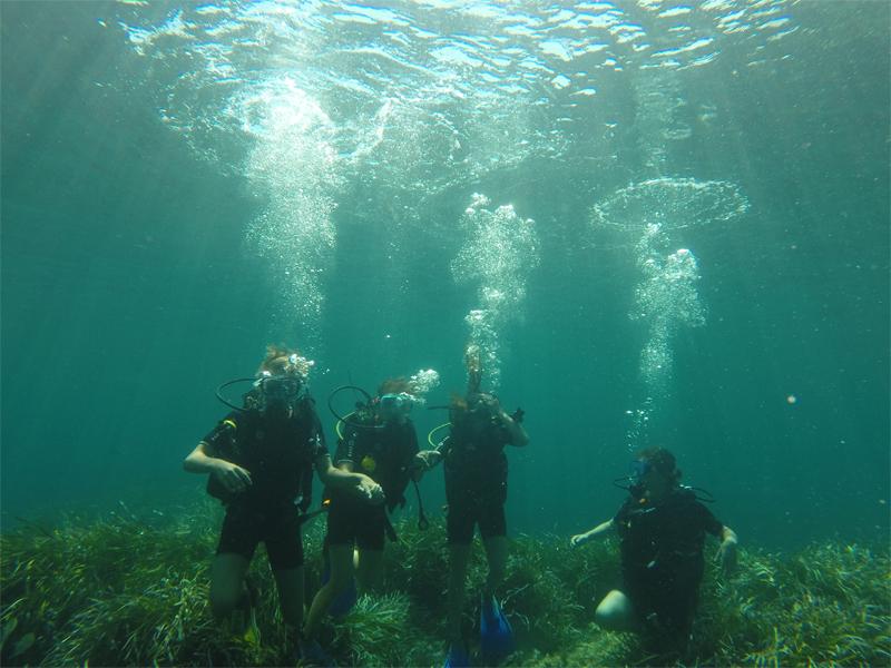 Adolescents pratiquant la plongée sous marine en colonie de vacances à Malte cet été