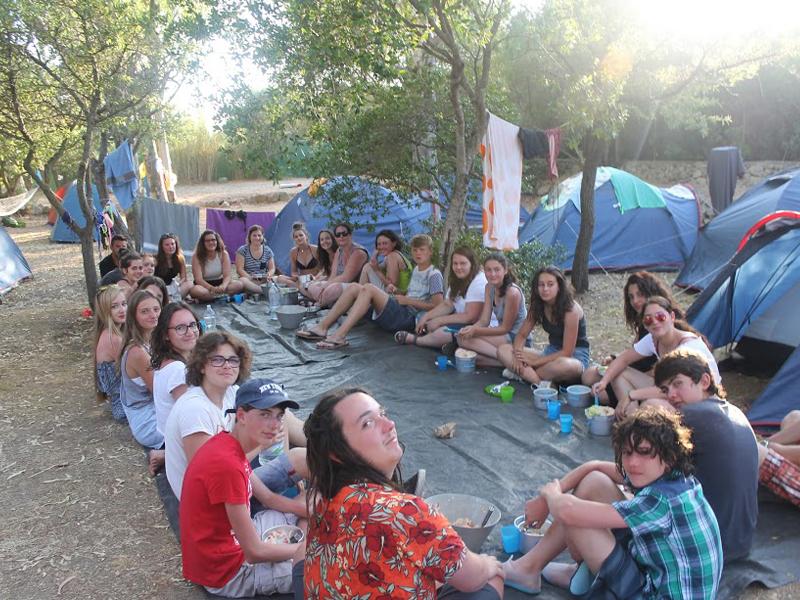 groupe d'ados faisant des grands jeux en camping cet été en colonie de vacances itinérante
