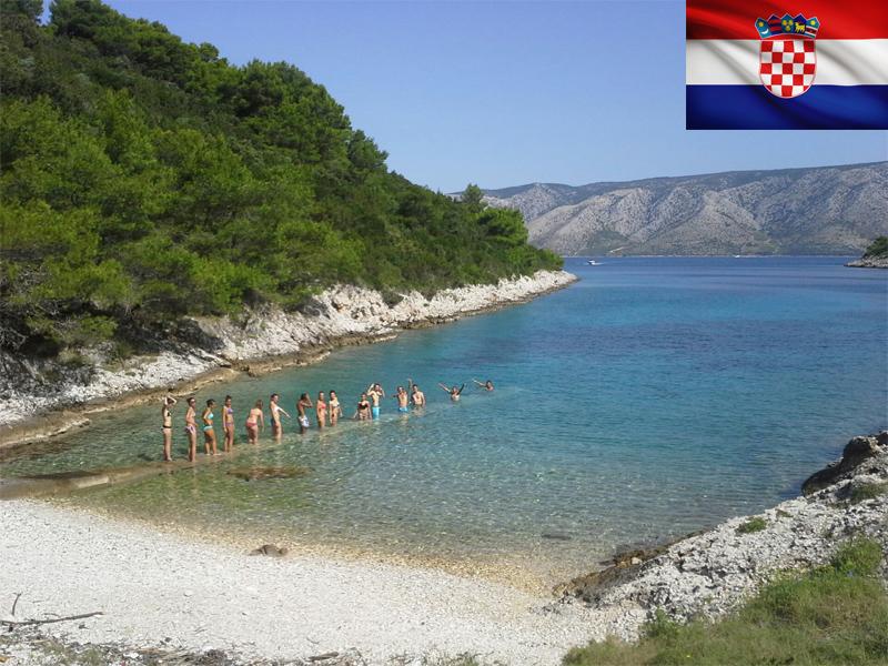 groupe d'ados s'appretant à se baigner en colonie de vacances en Croatie
