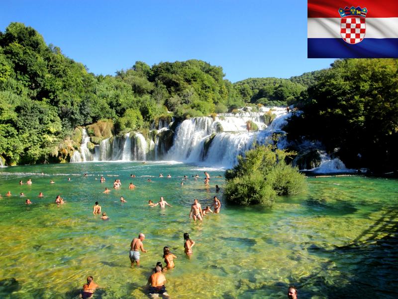 Ados se baignant en colonie de vacances en Croatie