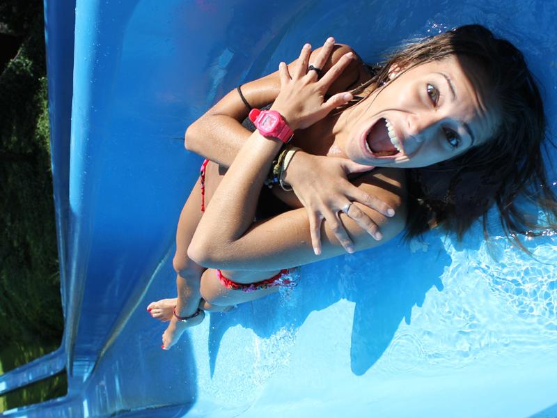 adolescente sur un toboggan aquatique en espagne à Water world