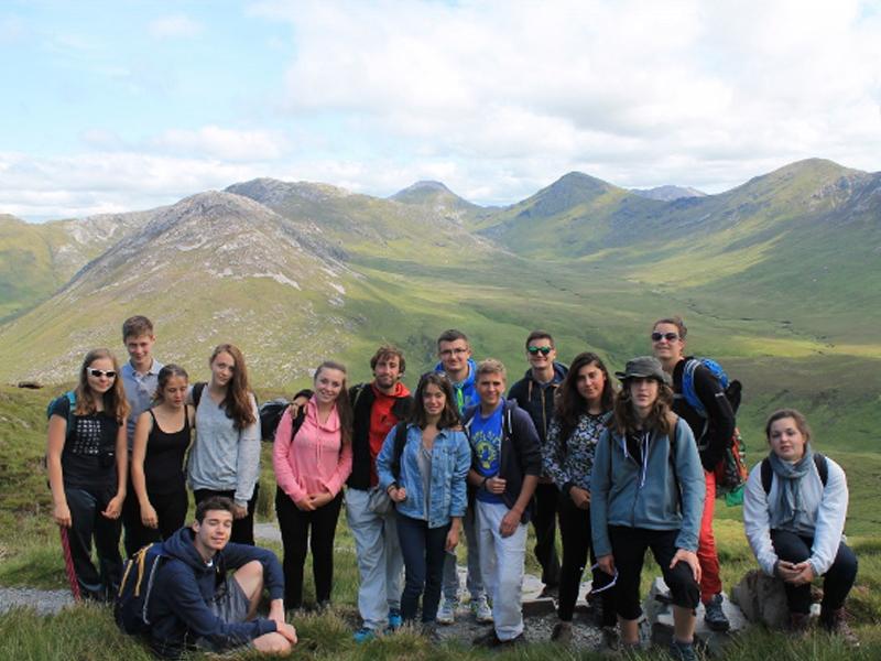 groupe d'adolescents en colonie de vacances cet été en Irlande