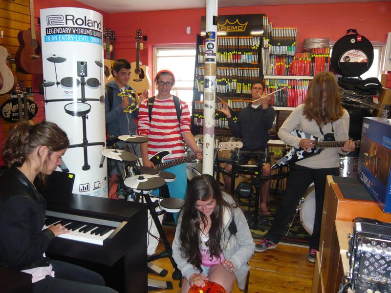 Adolescents apprenant la musique en colonie de vacances en Irlande