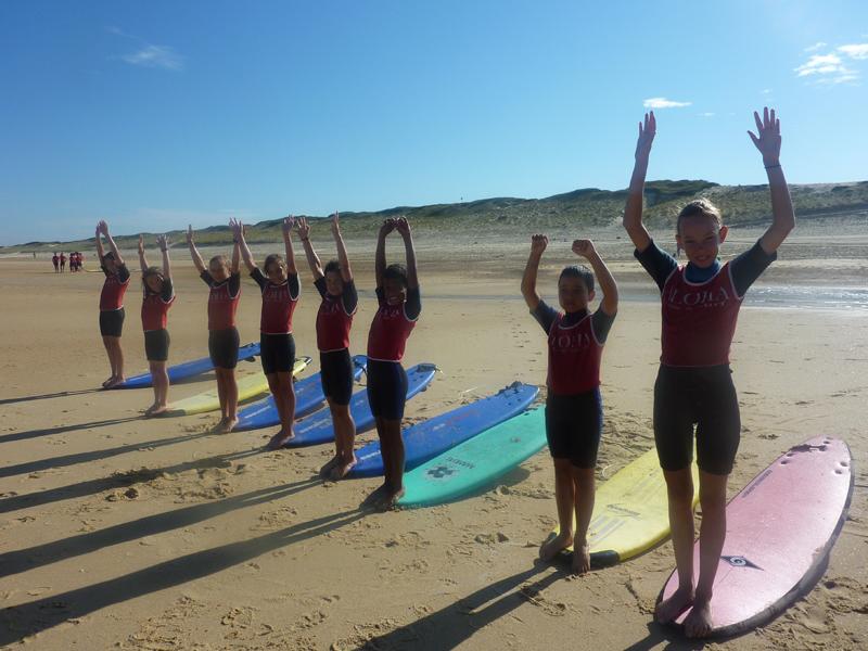 Enfants découvrant le surf en colonie de vacances