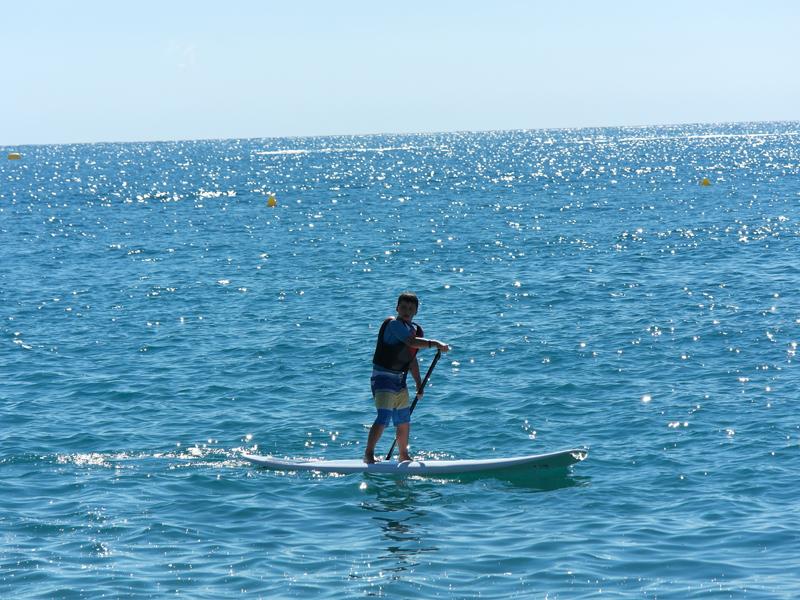 Adolescent apprenant à faire du surf en colo