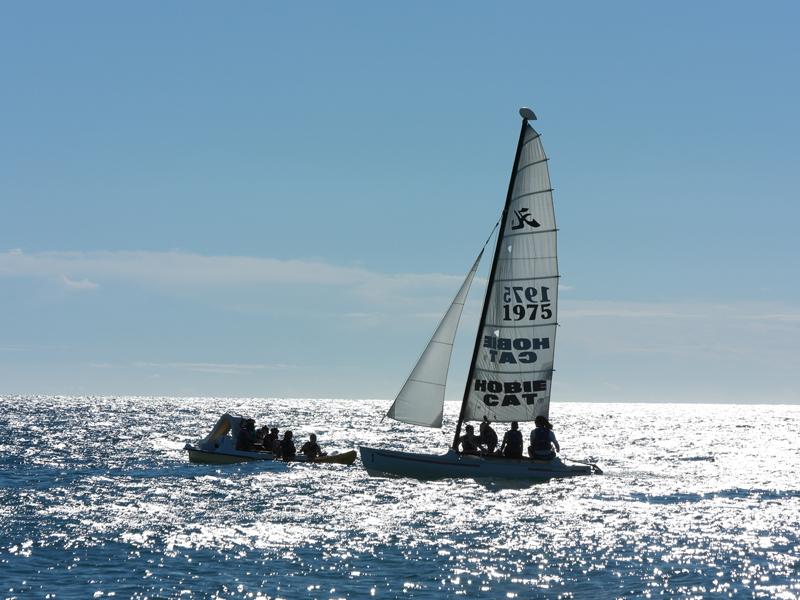 Enfants au large sur un bateau en colonie de vacances d'été surf