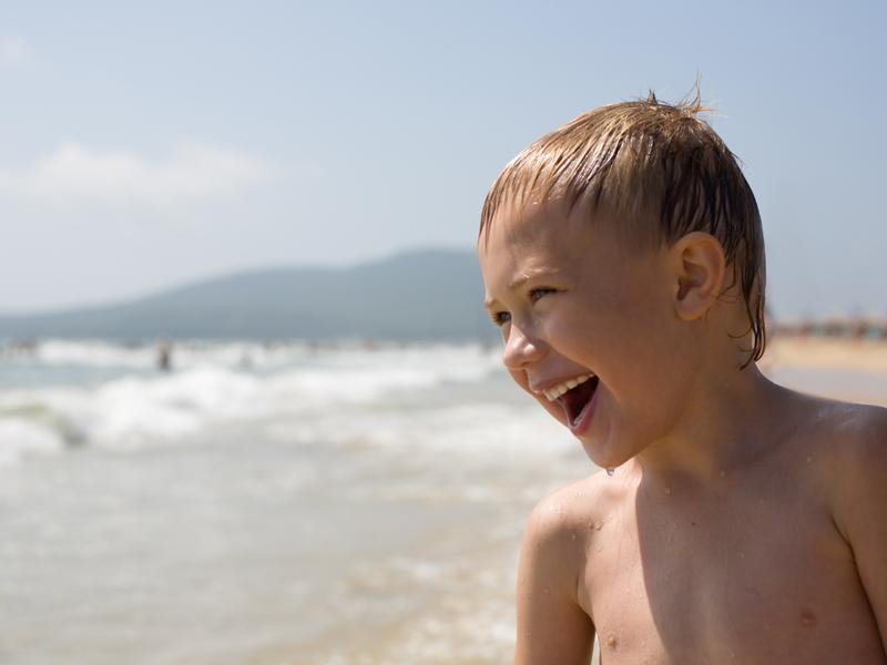 enfants heureux d'être en colonie de vacances à la plage surf océan atlantique