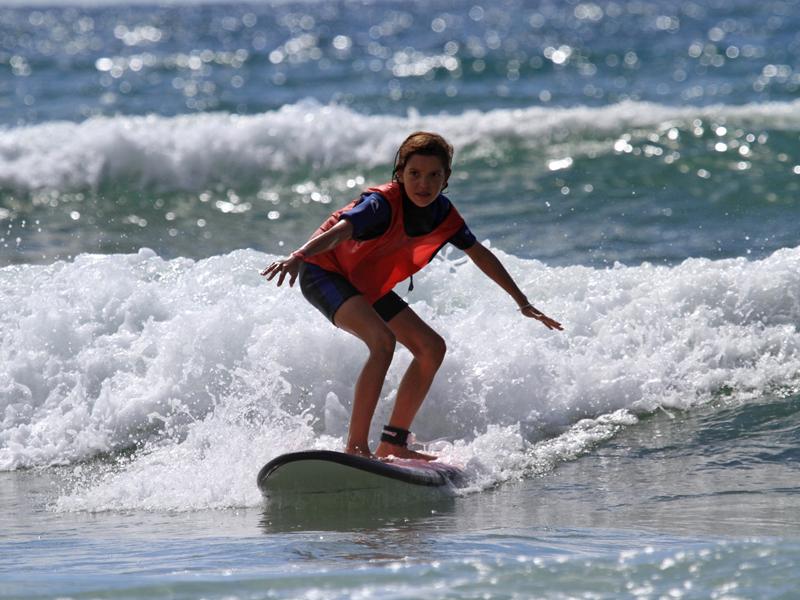 Jeune fille faisant du surf en colonie de vacances surf à l'atlantique