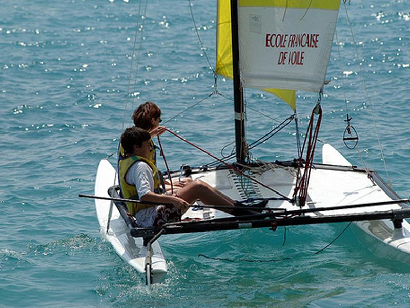 Enfants faisant du bateau en colonie de vacances d'été océan atlantique
