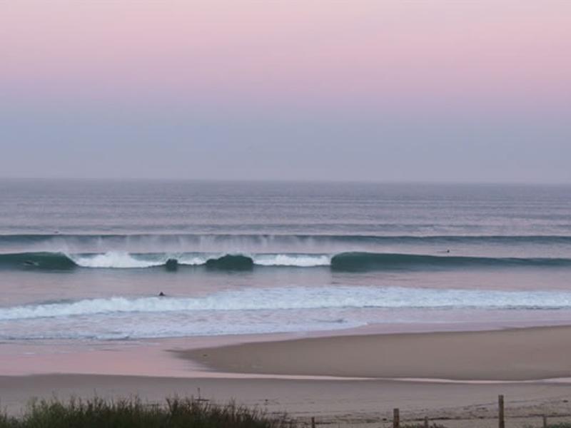 Paysage àla plage en colonie de vacances surf à l'océan atlantique en été