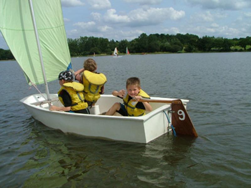 Enfants faisant de l'optimist en colonie de vacances d'été