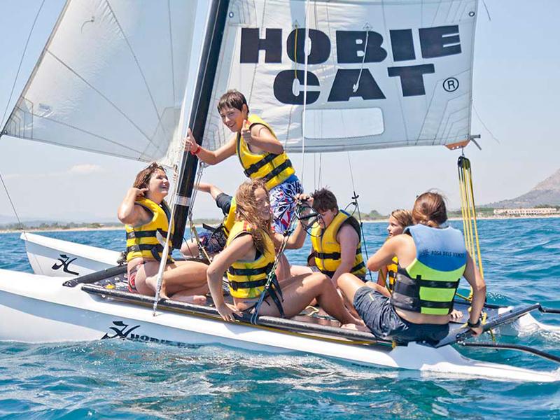 Enfants sur un bateau à voile en colonie de vacances cet été à mimizan