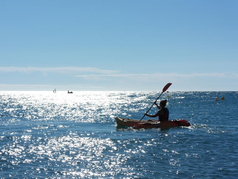 Ado faisant du canoe en colo