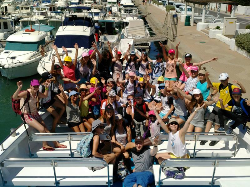Groupe d'enfants sur un bateau en colonie de vacances d'été