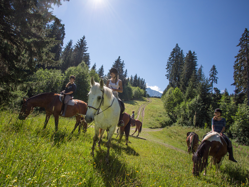 groupe d'ados à cheval en colonie de vacances