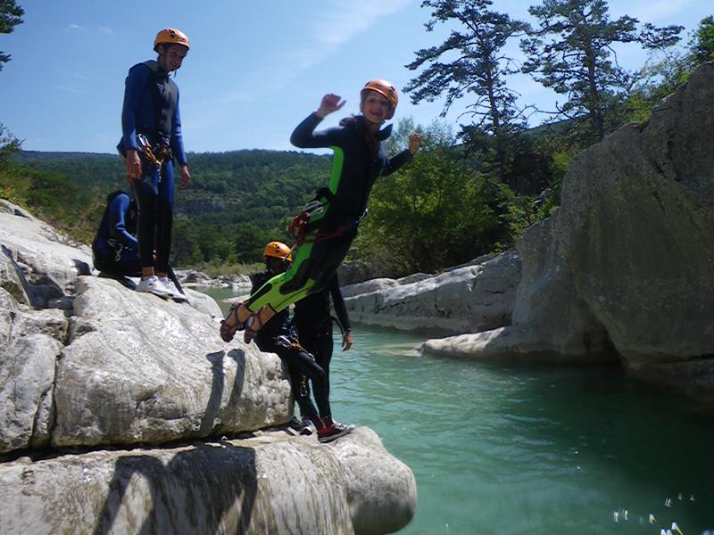 ado de 14 ans faisant du canyoning en colo dans le gard