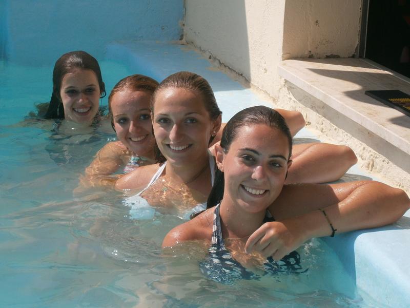 quatre adolescentes à la piscine en colonie de vacances au soleil dans le gard