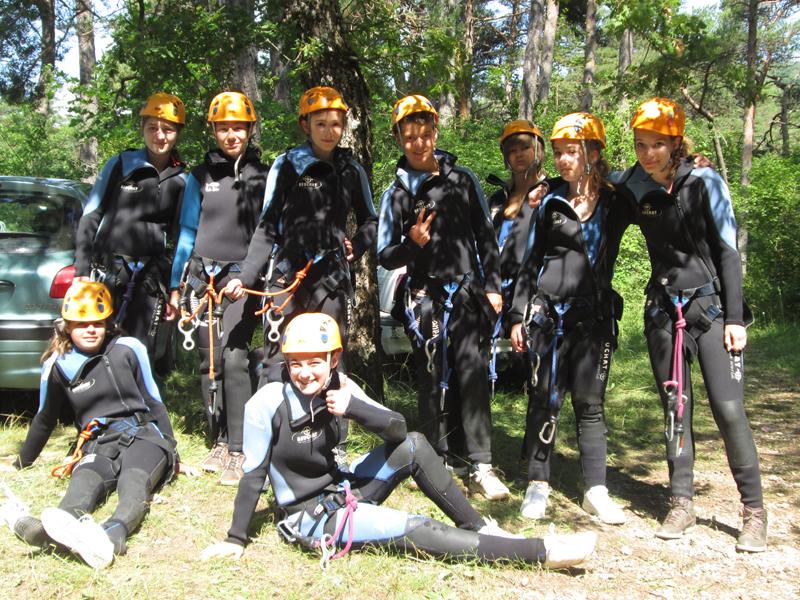 groupe d'ados en colo dans le gars en tenue de canyoning