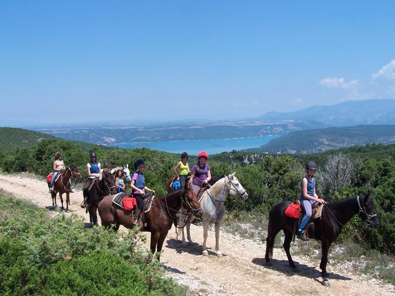groupe d'ados en balade à cheval en colo dans le sud
