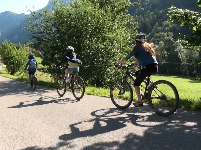 groupe d'ados de 14 ans faisant du vélo dans le gard cet été