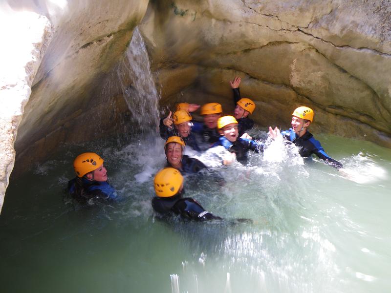 adolescents faisant du canyoning en colo