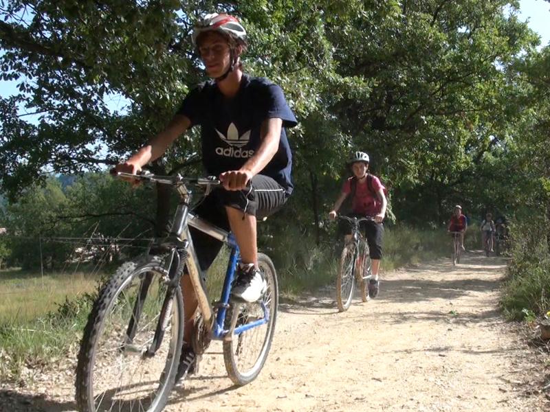 ados en balade à vélo dans le sud de la france en colo