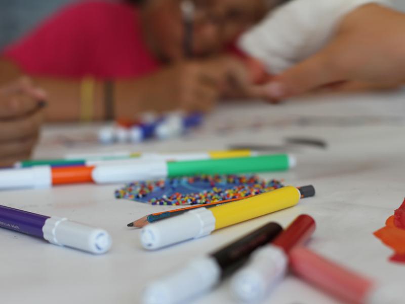 Feutres et coloriage pour enfants en colonie de vacances