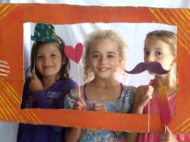 trois jeunes filles au théâtre en colonie de vacances cet été