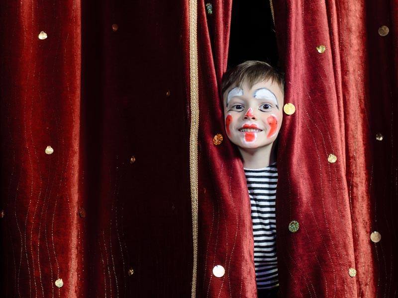 Jeune garçon faisant du théâtre en colo
