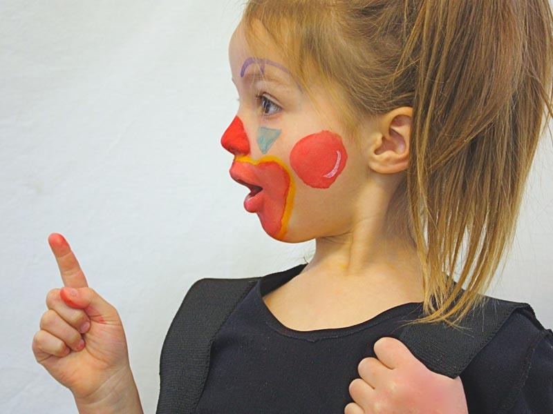 Jeune fillette art clownesque en colo
