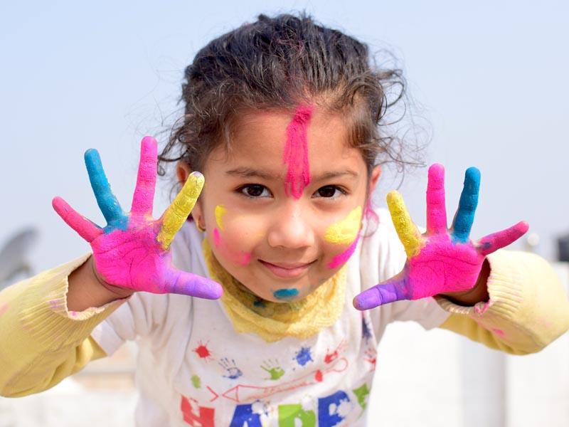 Jeune fillette avec plein de peinture en colonie