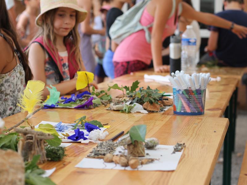 Table d'activités manuelles plantes, feutres, peinture en colo