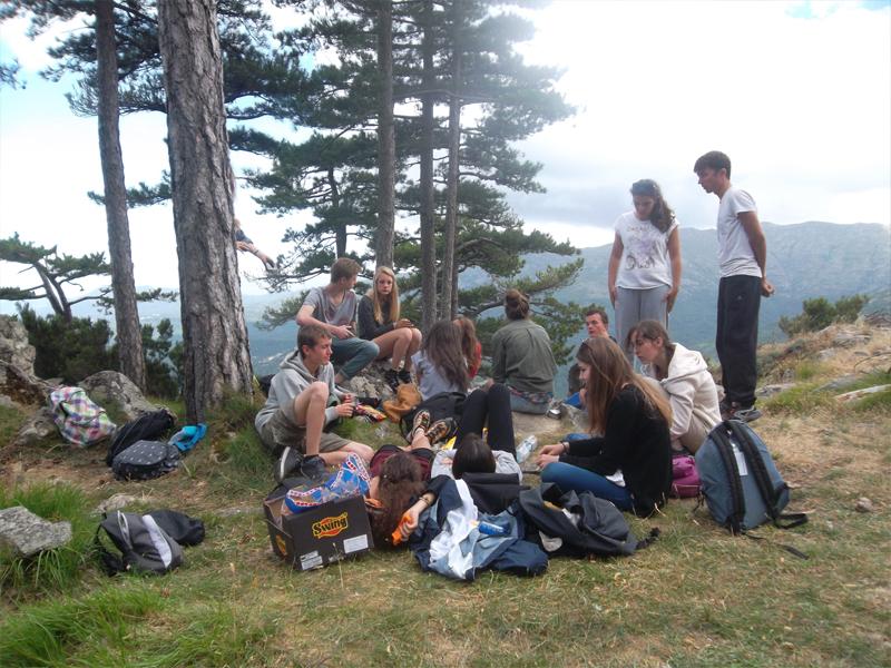 Groupe d'ados en pique nique en colo en Corse