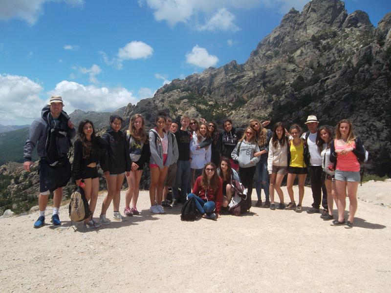groupe d'adolescents posant sur les hauteurs en Corse cet été en colonie de vacance