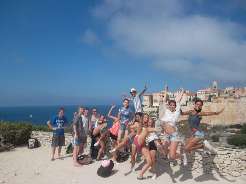 Groupe d'adolescents posant sur les hauteurs de la Corse en colonie de vacances