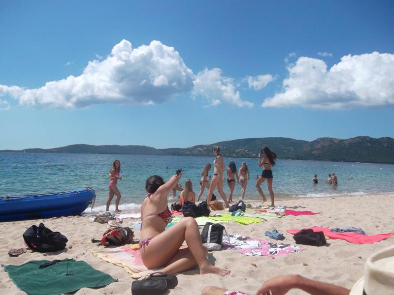 ados en bord de mer en Corse sur la plage en colonie de vacances d'été