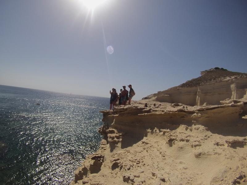 Groupe d'ados en colonie de vacances en Corse en bord de mer